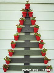 Make a pallet christmas tree with pot decorations