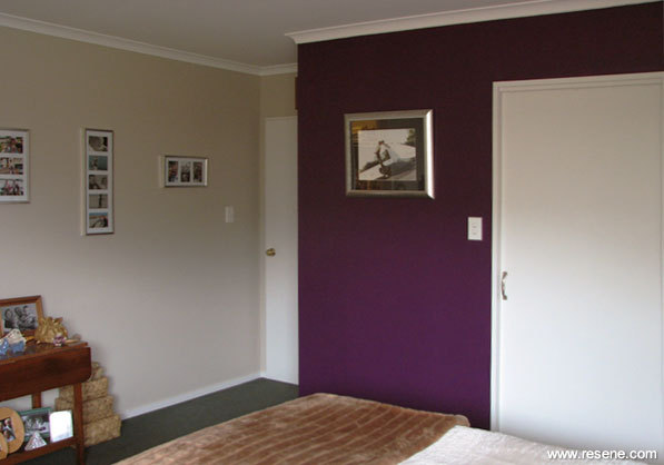 Feature walls against neutral walls in bedrooms for Neutral feature wall colours