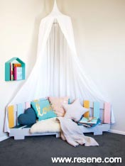 Make this reading nook from an old pallet